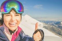 pattino Donna di sport in montagne nevose Immagine Stock Libera da Diritti