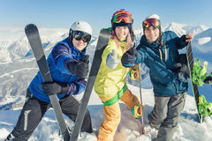 pattino Donna ed uomo di sport in montagne nevose Immagini Stock