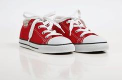 Pattino/scarpe da tennis rossi isolate su bianco Fotografia Stock