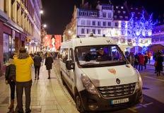 Pattuglia che del volante della polizia le vie durante il Natale commercializzano Immagine Stock
