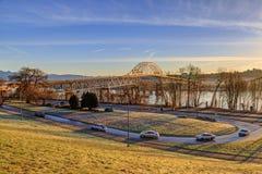 Pattullo桥梁在一清早与美好的风景的冬天在金黄阳光下 免版税库存照片
