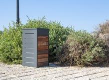 Pattumiera della via fatta di metallo e di legno fotografia stock libera da diritti
