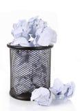 Pattumiera piena della rete metallica con documento sgualcito Immagine Stock