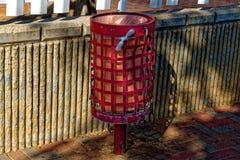 Pattumiera rossa piegata ed arrugginita fotografie stock