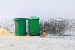 Pattumiere verdi del recipiente dei rifiuti di cestino fuori della strada del fondo della parete Fotografia Stock Libera da Diritti