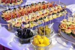 Pattypan, aceitunas y bocados ligeros. Foto de archivo libre de regalías