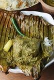 Paturi de Bhetki - os peixes envolvidos em uma banana folheiam Imagens de Stock