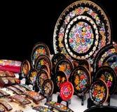 Patzcuaro Michoacan, Mexico, December 2017 - skärm av lacasperfiladaskonsthantverk står i en konstmarknad royaltyfria foton