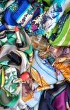 Pañuelos de seda con el lápiz labial, el perfume y el esmalte de uñas Foto de archivo
