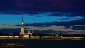 Paul και φρούριο του Peter στην πόλη Αγίου Πετρούπολη κατά τη διάρκεια των άσπρων νυχτών φιλμ μικρού μήκους