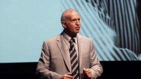 Paul Godfrey in der grauen Klage auf Boldtalks 2014 Lizenzfreie Stockfotografie