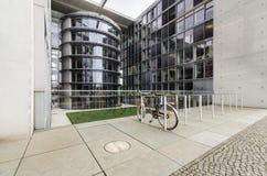 Paul Loebe Haus Parliamentary Office byggnad i Berlin med bi Arkivbild