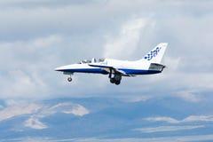 Paul Sticky Strickland är att flyga en stråle för L-39 Albatros royaltyfria bilder