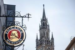 Paulaner-Bierlogo vor neuer Stadt Hall Neues Rathaus Münchens Paulaner-Totenbahre ist eins der Symbole und der Hauptbiere von Mün stockfoto