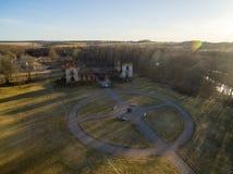 Paulavos-Republik in Litauen Alte Ziegelstein-Ruinen mit Wald im Hintergrund Besichtigungsgegenstand in Litauen Lizenzfreie Stockfotos