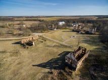Paulavos-Republik in Litauen Alte Ziegelstein-Ruinen mit Wald im Hintergrund Besichtigungsgegenstand in Litauen Stockfotografie