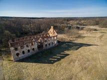 Paulavos-Republik in Litauen Alte Ziegelstein-Ruinen mit Wald im Hintergrund Besichtigungsgegenstand in Litauen Stockbilder
