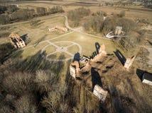 Paulavos-Republik in Litauen Alte Ziegelstein-Ruinen mit Wald im Hintergrund Besichtigungsgegenstand in Litauen Lizenzfreies Stockfoto