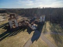 Paulavos-Republik in Litauen Alte Ziegelstein-Ruinen mit Wald im Hintergrund Besichtigungsgegenstand in Litauen Lizenzfreie Stockfotografie
