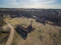 Paulavos-Republik in Litauen Alte Ziegelstein-Ruinen mit Wald im Hintergrund Besichtigungsgegenstand in Litauen Lizenzfreie Stockbilder
