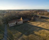 Paulavos-Republik in Litauen Alte Ziegelstein-Ruinen mit Wald im Hintergrund Besichtigungsgegenstand in Litauen Lizenzfreies Stockbild
