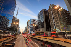 Paulista aveny på skymning i Sao Paulo royaltyfri fotografi