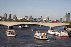 有圣Pauls大教堂教会的,伦敦滑铁卢桥梁 免版税图库摄影