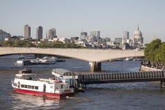 有圣Pauls大教堂教会的,伦敦滑铁卢桥梁 库存照片