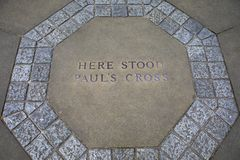 Pauls Cross Marker en St Pauls Cathedral fotos de archivo