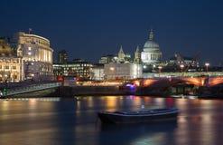 pauls Kathedrale nachts lizenzfreie stockfotos