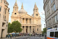 在pauls抗议者st之外的大教堂伦敦 库存照片