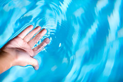 Paume et eau Photos stock