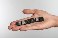 Paume ouverte avec six boutons d'ordinateur avec le mot SOCIAL image libre de droits