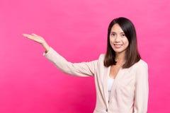 Paume ouverte d'apparence de femme d'affaires Photo stock