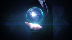 Paume ouverte d'homme d'affaires, la terre tournante, communication, carte du monde de réseau illustration libre de droits
