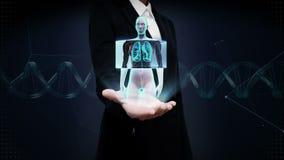 Paume ouverte de femme d'affaires, corps de balayage Poumons femelles humains tournants, diagnostics pulmonaires Lumière bleue de banque de vidéos