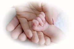 Paumes de mère et père et bébé Image libre de droits