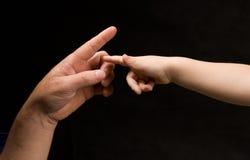 Paumes de Mens et d'enfant essayant de communiquer images libres de droits