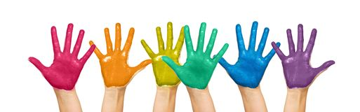 Paumes des mains humaines peintes dans des couleurs d'arc-en-ciel Photo libre de droits