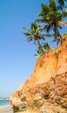 Paumes vers le haut du bluff de rouge de la Mer d'Oman Image stock
