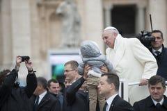 Paus Francis en kind Stock Afbeeldingen