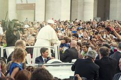 Paus Francis en menigte van gelovig in St Peter vierkant Stock Afbeeldingen