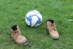 Paus på fotbollfältet Boll på det gröna fältet Royaltyfria Bilder