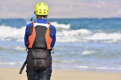 Paus under lärande process hur till kiteboarding Fotografering för Bildbyråer