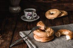 Pausa caffè con i Eclairs Immagine Stock Libera da Diritti