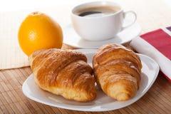 Pausa caffè con il croissant Fotografie Stock