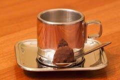 Pausa caffè con la pralina del cacao Fotografia Stock Libera da Diritti