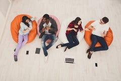 Pausa caffè, gruppo di studenti che preparano per l'esame Fotografie Stock