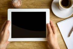 Pausa caffè con praticare il surfing di web Immagini Stock Libere da Diritti