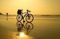 Pausa da bicicleta da praia Imagem de Stock Royalty Free